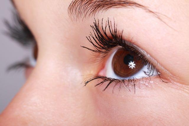 生まれつき色素が薄くて、透き通るような瞳